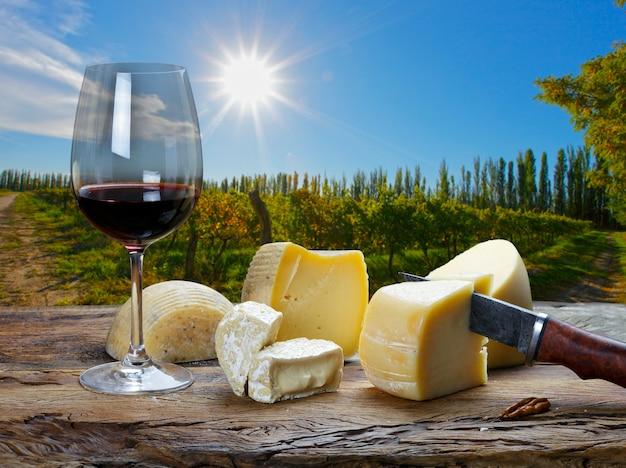 Planche de vins rouges et fromages au restaurant