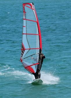 Planche à voile dans la mer