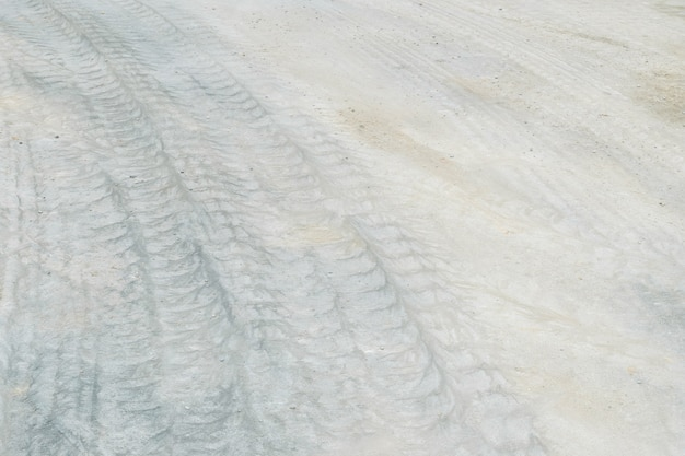 Plancher en béton de surface agrandi avec des traces de pneu fond texturé