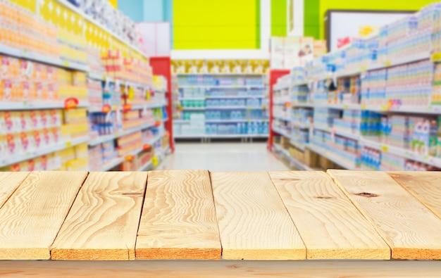 Plancher de bois et arrière-plan flou de supermarché