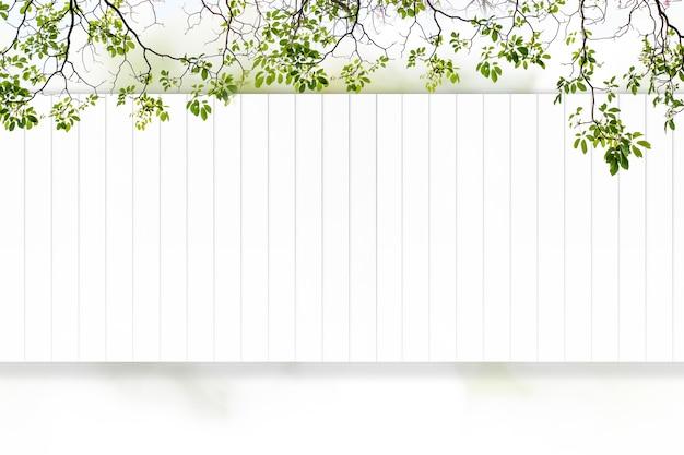 Le plancher de bois blanc a des arbres et des fleurs roses comme arrière-plan.