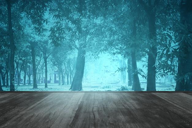 Plancher en bois dans la forêt avec de la fumée et du brouillard avec scène de nuit