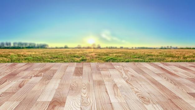 Plancher en bois devant le pré.