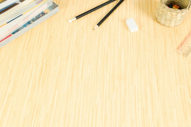 Plancher en bois avec espace et décoré avec de la papeterie et des livres.