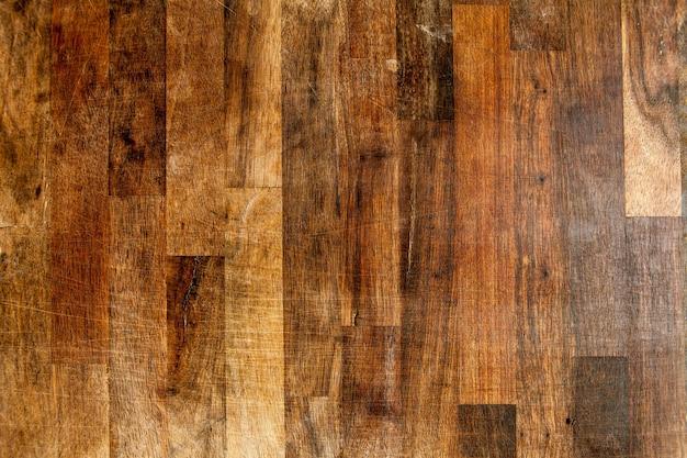 Le plancher en bois est vieux et cassant.