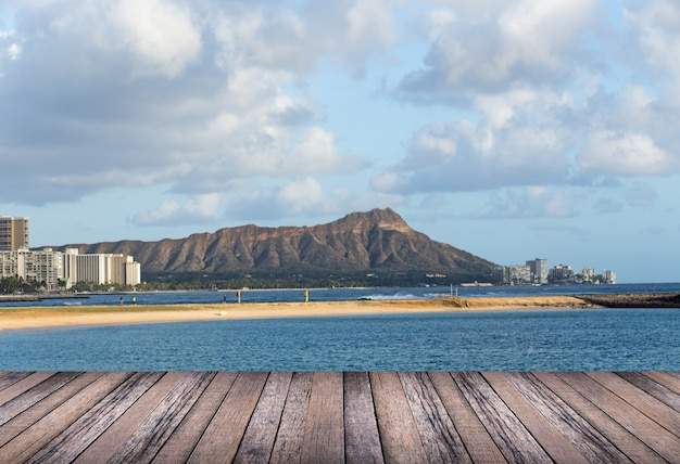 Plancher de bois avec fond de plage d'hawaï