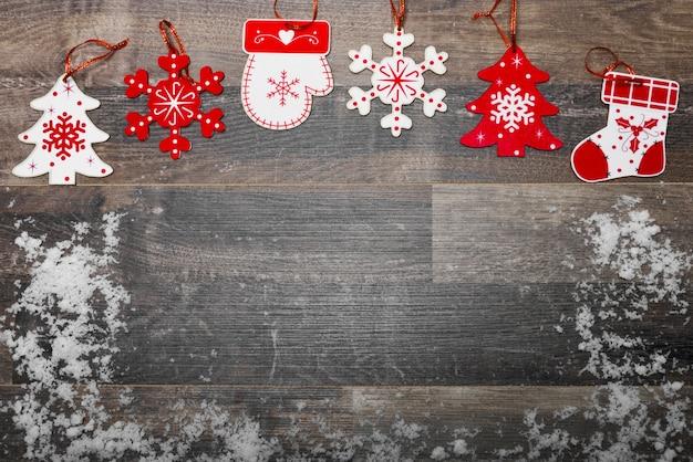 Plancher en bois avec la neige et la décoration de noël