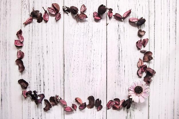 Plancher en bois peint en blanc rétro avec cadre de fleurs séchées