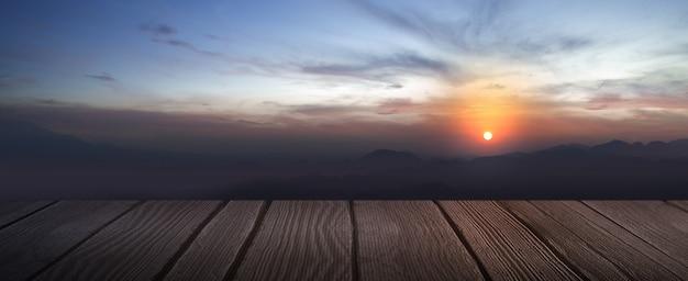 Plancher en bois avec vue sur le paysage avec des collines et fond de ciel de lever de soleil