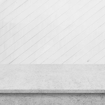 Plancher de ciment avec le mur de planches de bois blanc