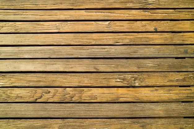 Plancher et surface en bois anciens endommagés par l'usage