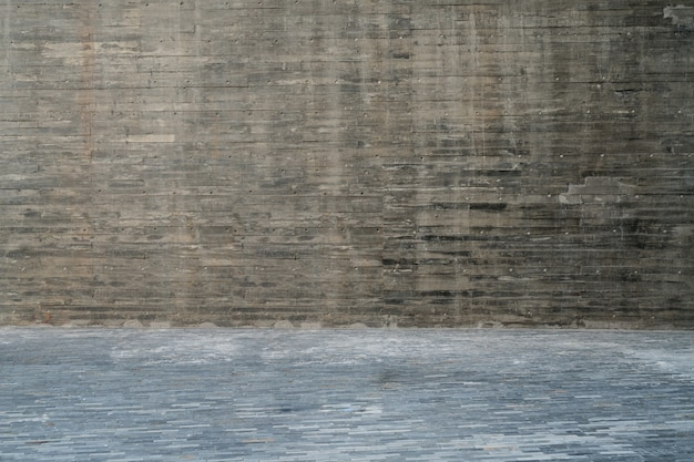 Les planchers de bois vides et les murs gris sont à l'extérieur