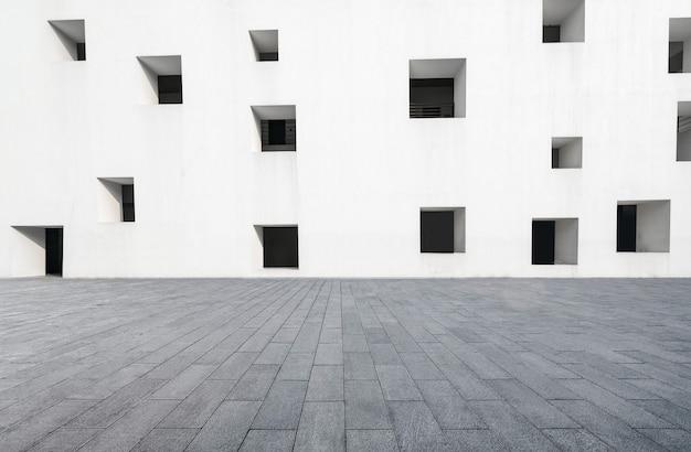 Planchers vides et fenêtres blanches