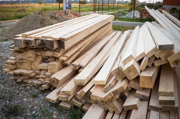 Planches de bois brut naturel