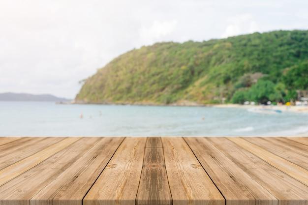 Les planches en bois avec fond de plage floue