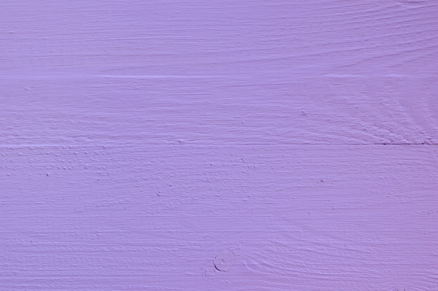 Planches de bois lilas peintes brillantes.