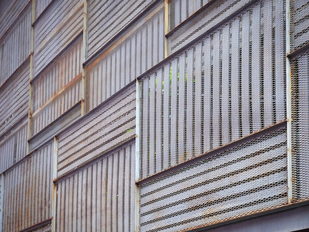 Planches en bois à motifs complets et façade en métal rouillé avec mise au point sélective