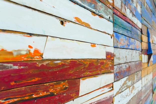 Planches en bois peintes de différentes couleurs vieillies, texture naturelle.