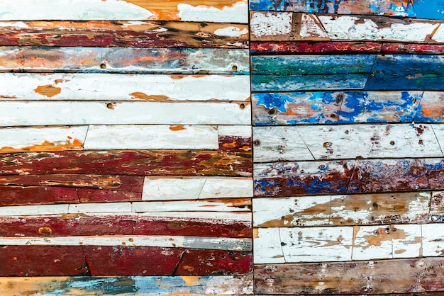 Planches en bois peintes de différentes couleurs vieillies