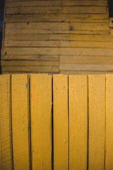 Planches de bois peintes en jaune