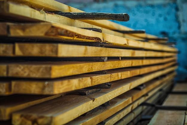 Planches de bois. poutres. pile de bois séchant à l'air.