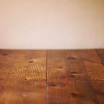 Planches de bois près du mur beige