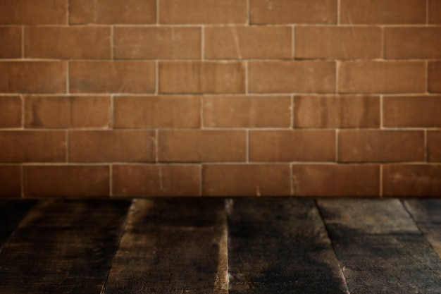Planches de bois rustiques avec fond de mur de briques