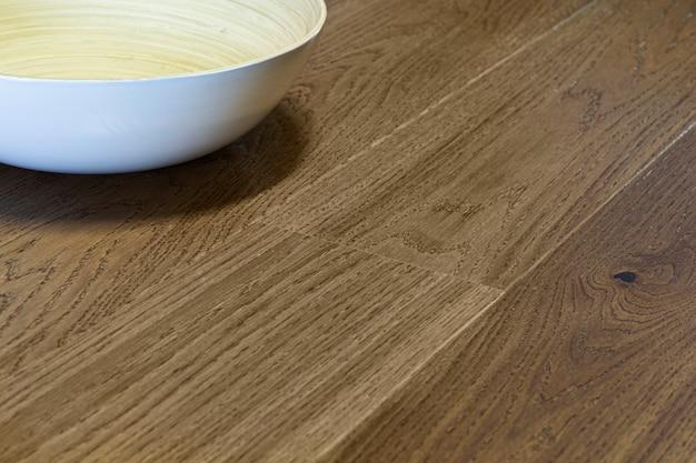 Planches en bois stratifié et parquet et bol blanc