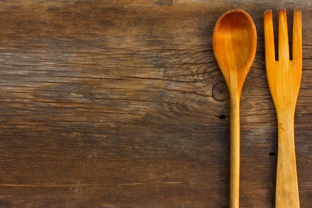 Planches de grange fissurées de texture ancienne et cuillère et fourchette en bois