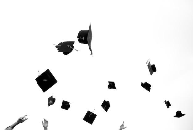 Planches de mortier en l'air lors d'une remise des diplômes