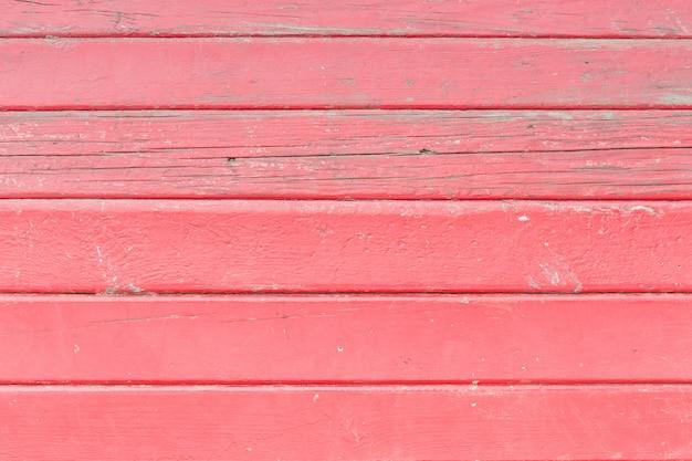 Planches peintes en rouge. disposition horizontale. fermer
