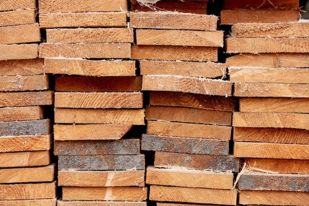 Planches de pin scié à la scierie