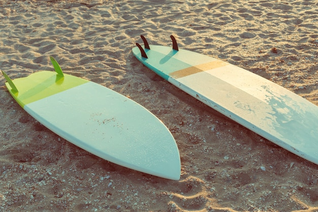 Planches de surf sur la plage