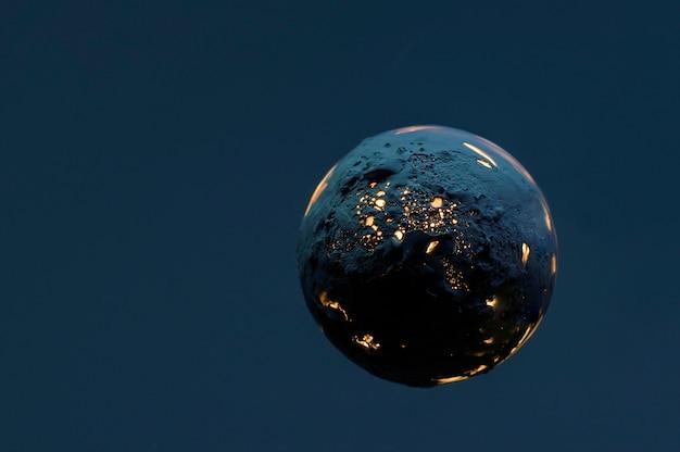 Planète brûlante morte sur bleu