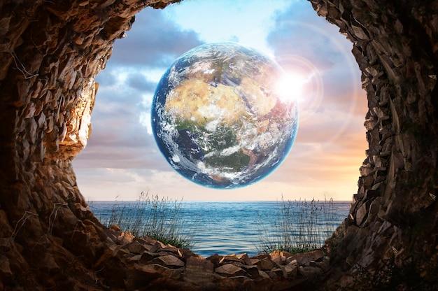 Planète terre et mer regardant dans la grotte