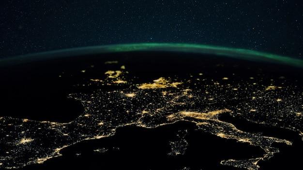 Planète terre nocturne avec les lumières des villes mégalopoles la nuit et les aurores boréales. l'europe et les villes d'italie, de france, d'espagne et d'allemagne, vues de l'espace.