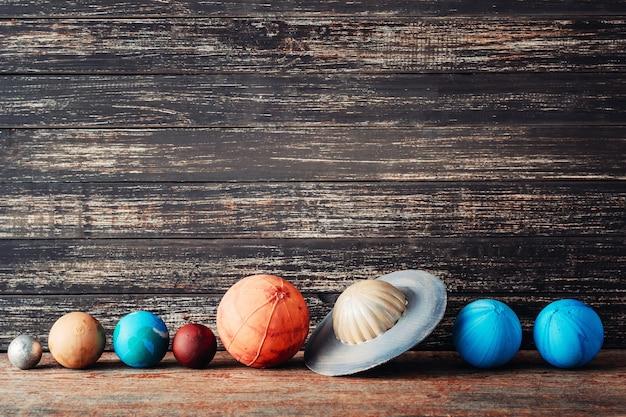 Planètes du système solaire sur fond en bois avec espace de copie