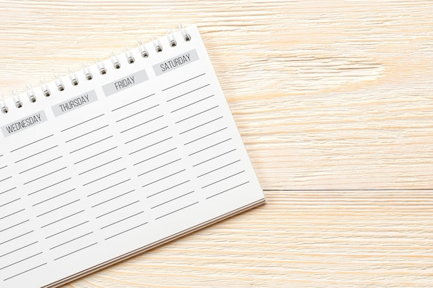 Planificateur de semaine vide sur la table de bureau blanc, concept de week-end