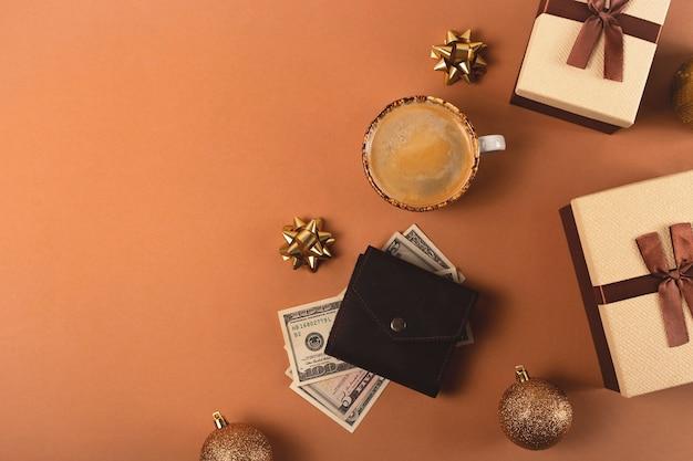Planification d'un budget pour les achats de cadeaux de noël avec des boîtes brunes avec des rubans et des décorations de noël vue de dessus à plat copie espace