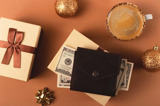 Planification d'un budget pour les achats de cadeaux de noël avec des boîtes brunes avec des rubans et des décorations de noël vue de dessus à plat