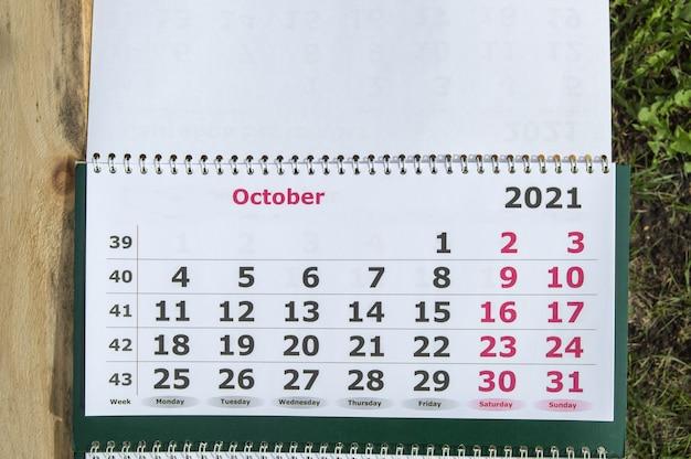Planification d'un calendrier d'affaires pour le concept d'entreprise de mur de papier d'octobre 2021