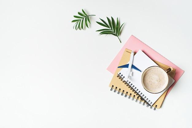 Planification, conception et budgétisation des voyages et des vacances avec carnet de notes et avion