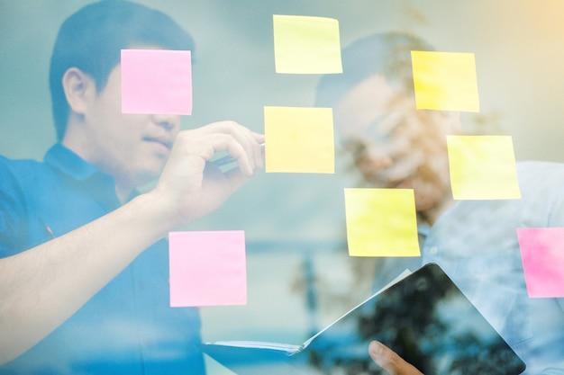 Planification d'entreprise créative en équipe et réflexion sur les idées pour réussir le projet