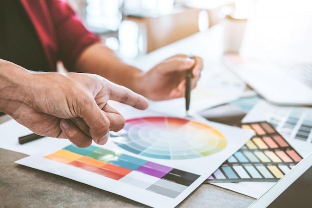 Planification d'entreprise créative en équipe et réflexion sur de nouvelles idées pour un projet professionnel réussi