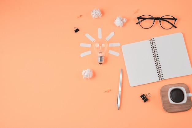 Planification financière plat laïque brainstorming image de table en désordre