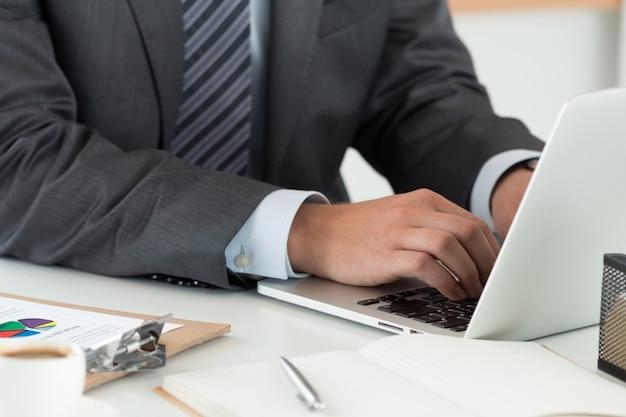 Planification financière, services bancaires en ligne, éducation à distance ou concept de comptabilité.