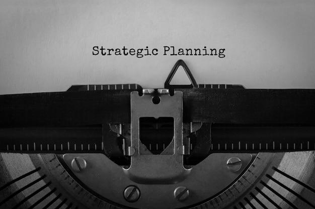 Planification stratégique du texte tapé sur une machine à écrire rétro