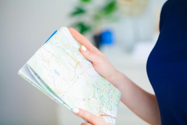 Planification des vacances et de l'emballage du sac de voyage à domicile ou dans une chambre d'hôtel