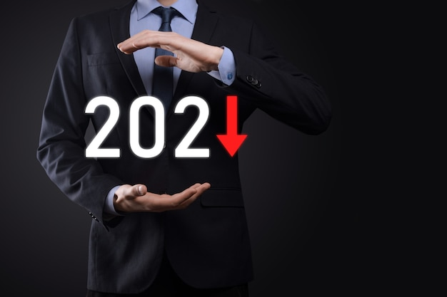 Planifier une croissance négative de l'entreprise dans le concept de l'année 2021. plan d'homme d'affaires et augmentation des indicateurs négatifs dans son entreprise, déclin des concepts commerciaux.