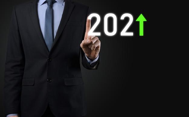Planifier une croissance positive de l'entreprise dans le concept de l'année 2021. plan d'affaires et augmentation des indicateurs positifs dans son entreprise, grandir des concepts d'entreprise.